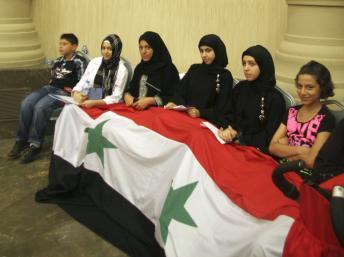 Des enfants, des femmes, le drapeau national... Ne manquent que les barbus sur cette photo de famille de l'opposition américano-saoudo-syrienne.