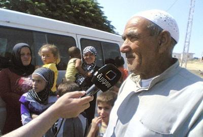 Des réfugiés de retour à Jisr, interrogés par la télévision syrienne le 21 juillet