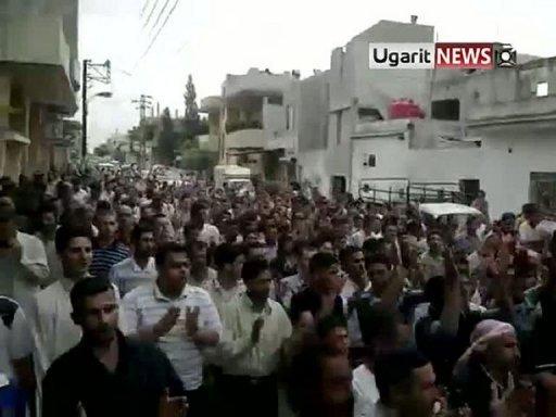 Opposants à Deir Ezzor : selon Le Monde, la manif a réuni trois fois plus de monde que la population totale de la ville...