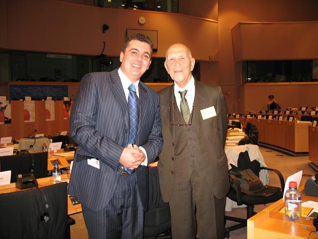 Wissam Tarif (à gauche) avec Stéphane Hessel au Parlement européen : il est capable de retrouver 3000 disparus syriens à distance !