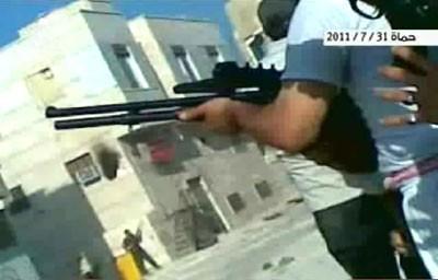 Des manifestants armés avec des fusils d'assaut et à pompe
