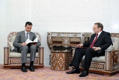 Bachar al-Assad lisant le message - largement amical - de Medvedev, lundi 29 août