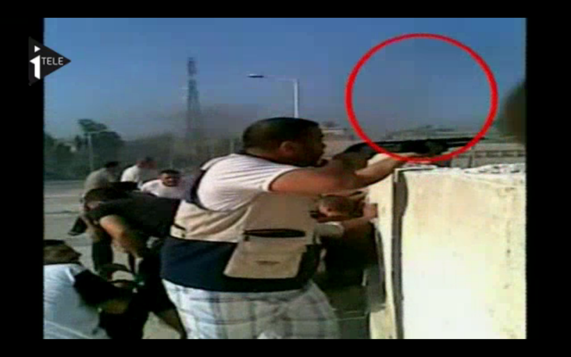 Un opposant pacifiste armé est caché sur cette capture d'écran : ami lecteur et/ou journaliste français, sauras-tu le retrouver ?