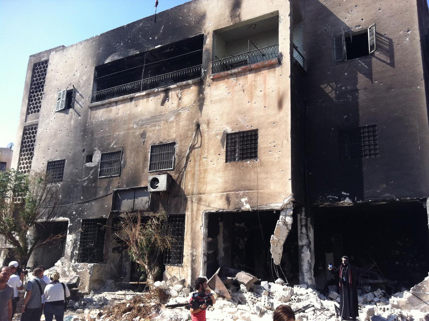 Le commissariat d'Hama où 17 policiers ont été tués, fin juillet, par les émeutiers qui ont ensuite mutilé leurs cadavres avant de les jeter dans l'Oronte