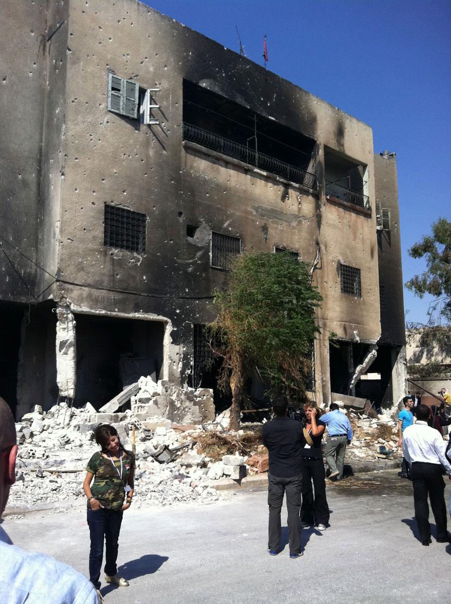 L'équipe de France 3 devant le commissariat incendié de Hama