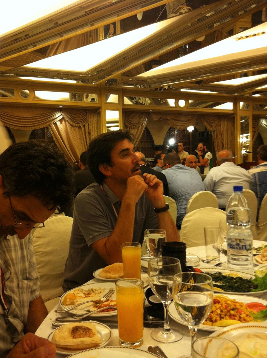 Diner de Gala à Damas : Georges Malbrunot du Figaro réfléchit à son prochain article mensonger