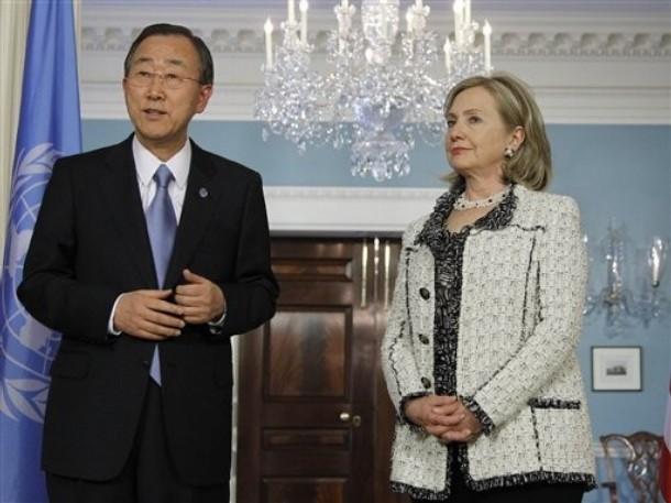 sur notre photo : Hillary Clinton et l'un de ses principaux collaborateurs