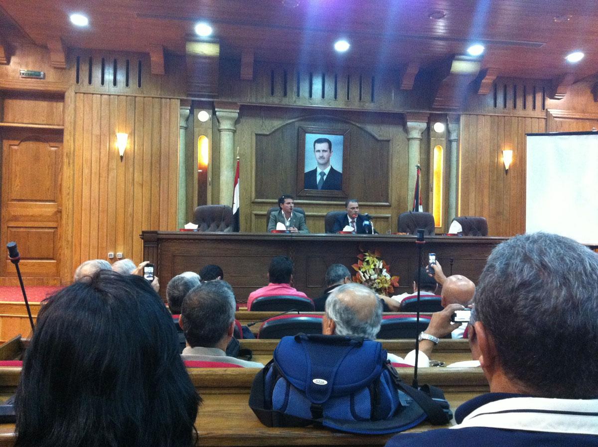 Réunion d'information avec le Gouverneur de la région à l'Hôtel de Ville de Hama