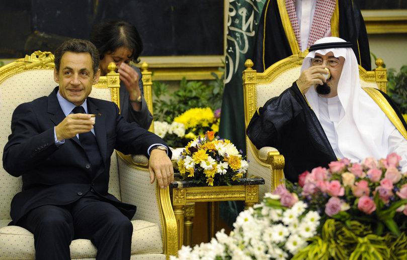 Nicolas Sarkozy et S.M. le roi Abdallah d'Arabie buvant le thé autour de valeurs spirituelles communes à Ryad, en novembre dernier