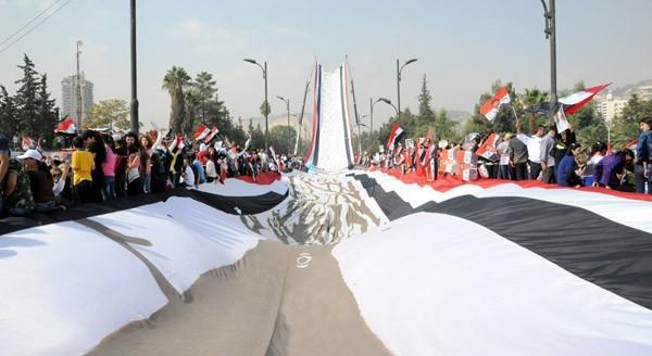 drapeau géant pour soutenir Bachar al-Assad