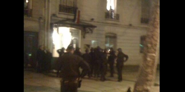 La police devant le centre culturel, jeudi soir