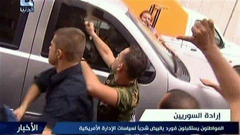 """""""Les citoyens accueillent M. Ford avec des oeufs pour manifester contre les politiques américaines"""" (commentaire de la chaîne syrienne Addounia TV)"""
