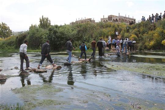 Des Syriens franchissant, sans trop de tracasseries administratives, la frontière libano-syrienne, en mai dernier