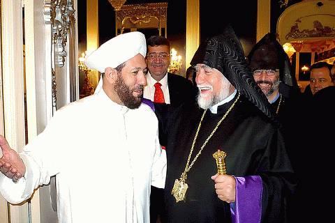 Le Grand mufti de Syrie recevant un dignitaire religieux arménien, en novembre dernier : c'est la communauté sunnite, dans sa dimension patriotique et tolérante, qu'ont voulu frapper les radicaux, à travers l'assassinat du fils de son chef spirituel