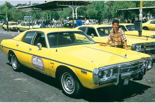 Une belle américaine reconvertie en taxi damascène
