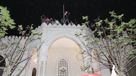 Le drapeau syrien hissé (provisoirement) sur l'ambassade du Qatar