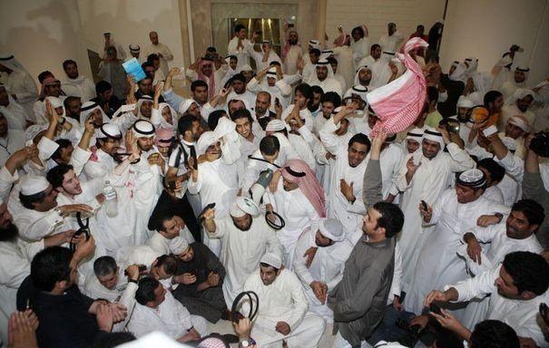 """Manifestants koweitiens envahissant le Parlement, le 16 novembre : vous avez aimé le Printemps arabe ? vous adorerez l'hiver """"golfesque"""" !"""