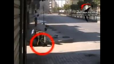 Capture d'écran d'une vidéo tournée à Homs le 15 juillet : un soldat secourt un de ses camarades touché par un sniper. Toujours d'actualité trois mois et demi plus tard...