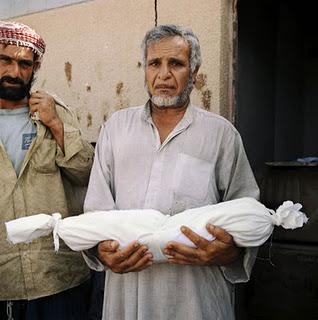Un Iralien et le cops de son enfant, victime de l'embargo américain entre 1991 et 2003 : un remake à l'étude pour la Syrie de 2011 ?