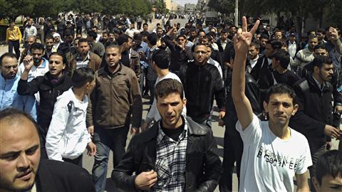 Opposants à Homs en avril : de la protestation classique on est passé, note Fisk, au terrorisme urbain