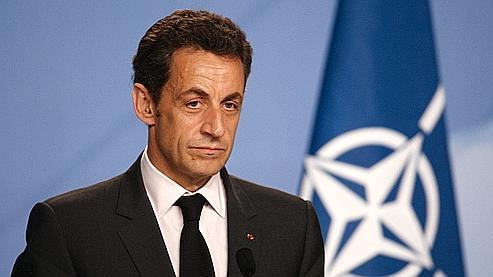 Sarkozy posant à côté d'un projet de nouveau drapeau français