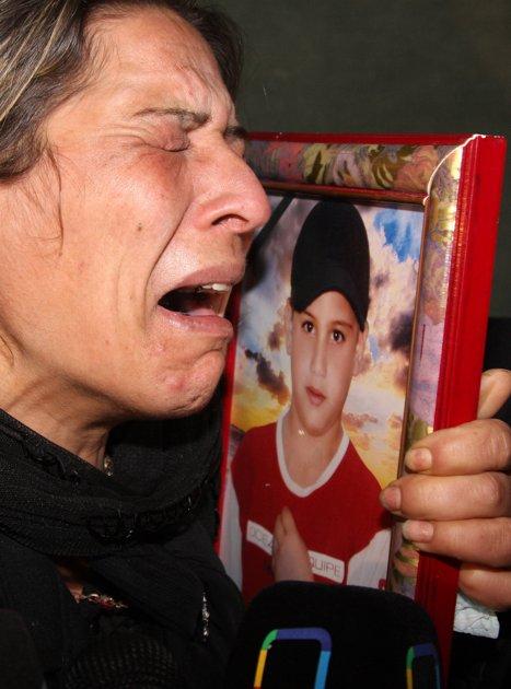 Mme Jamal devant la photo de son fils Sari. Ni l'un ni l'autre n'existent pour Marc de Chalvron et I-Télé