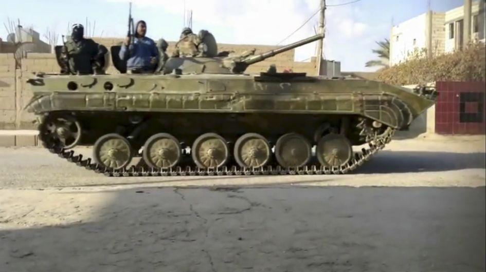 Un blindé de l'armée régulière patrouille dans une de localités reconquises à l'est de Damas