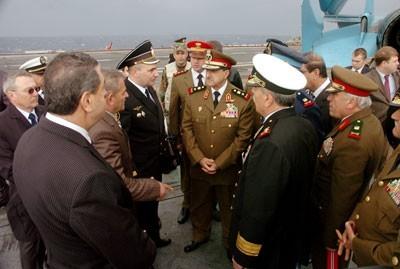 Le général Najha (au centre, en kaki) au milieu des officiers et officiels russes