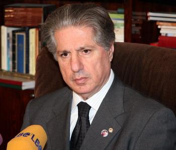 Amine Gemayel semble tenté de laisser tomber Saad Hariri : comme quoi la crise syrienne aura quand même eu du bon....