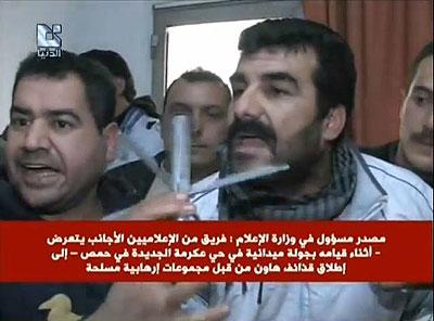 Des Homsis montrent à la caméra de la chaîne syrienne Addounia les ailettes de la roquette - tirée par un RPG-7 - ayant tué Gilles Jacquier (document emprunté au site du Réseau Voltaire)