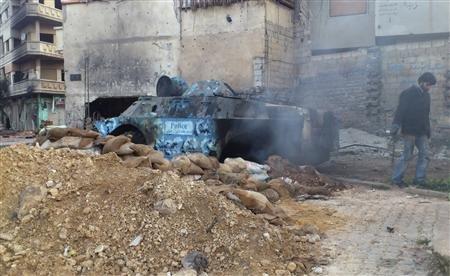 """Un blindé détruit à Homs par ces insurgés qui combattent le régime """"à mains nues"""", pour reprendre les mots d'Alain Juppé..."""