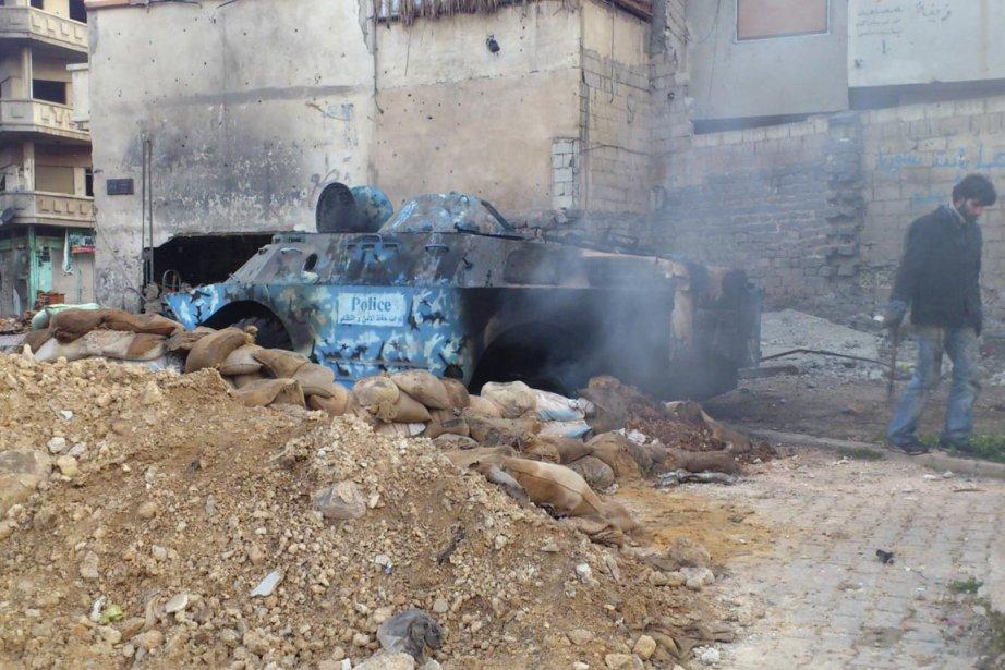 Un blindé léger détruit par les insurgés à Homs : roquette RPG ou obus au phosphore de fabrication israélienne