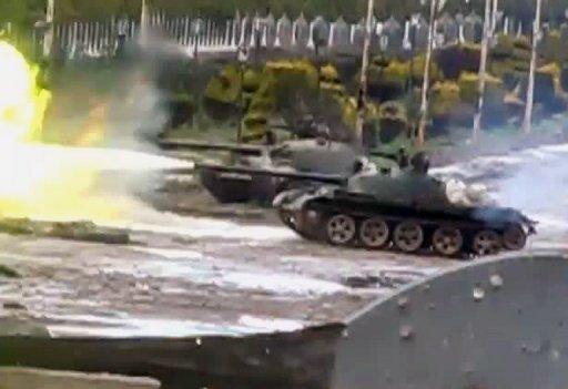 Des blindés en action à Homs, vers le 12 février. Rappel : ils font la guerre à des bandes armées, pas à des femmes et des enfants
