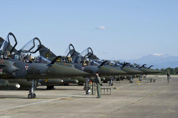Mirage français sur la base de Solenzara en Corse, point de départ des bombardements de la Libye : un précédent qui n'a pas enseigné une moitié des Français