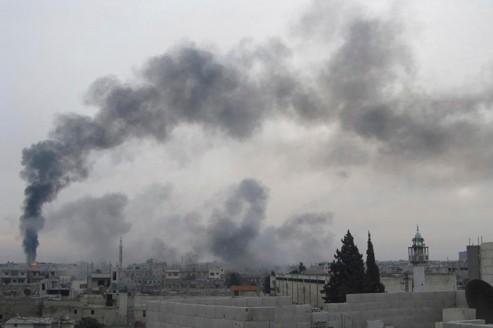 Vue du quartier Bab Amr à Homs, le 15 février : les opposants relient la colonne de fumée aux bombardements de l'armée, le gouvernement à un attentat contre un oléoduc...