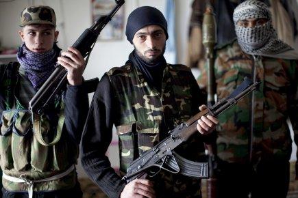 Rebelles posant à Idleb, pour l'AFP, Libé et Alain Juppé, avant leur nouveau repli stratégique...