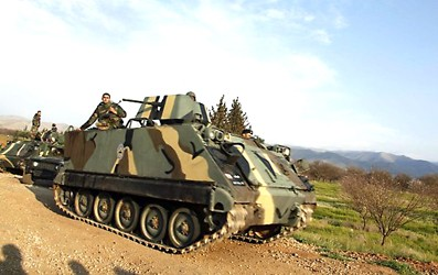 Un blindé de l'Armée libanaise en position près de Kaa, dans un secteur flou et agité de la frontière syro-libanaise