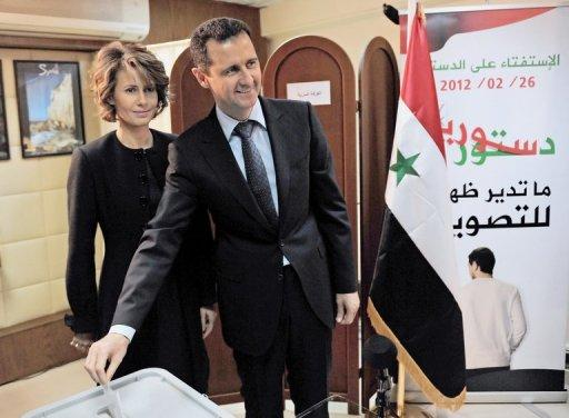 Bachar et son épouse Asma votant au référendum du 26 février