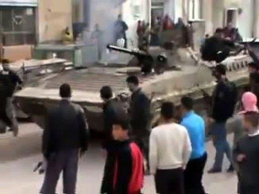 Un blindé de l'armée à Idleb, hier (capture d'écran)