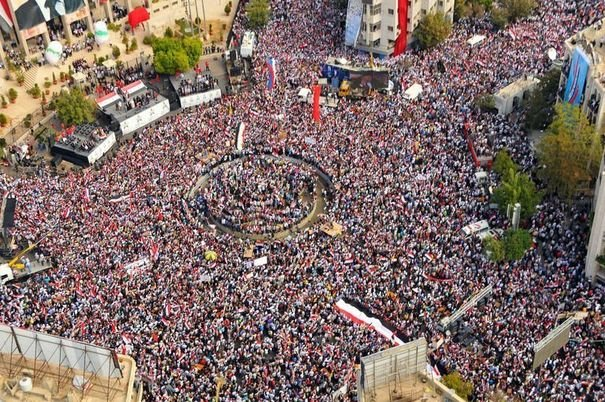 """Le téléspectateur français, même """"moyen"""", qui voit ces images de rassemblements pro-Bachar ne peut finir que par se demander si 'ses'"""" journalistes ne lui mentiraient pas AUSSI sur la Syrie..."""