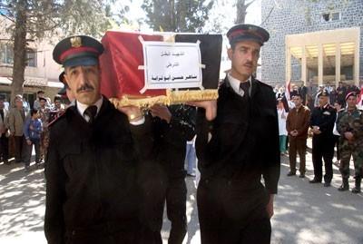 """Pendant la trêve, les obsèques de policiers et de militaires continuent : ici c'est le policier Saher Hassan Abu Turabeh, pour qui le cessez-le-feu sera resté """"lettre morte""""..."""