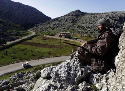 Un rebelle au nord d'Idleb, le 18 mars : leur zone d'exclusion aérienne, c'est la Turquie