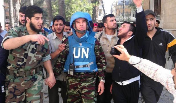 """Ban Ki-moon et Hillary Clinton s'inquiètent de la """"liberté de mouvement"""" des observateurs de l'ONU ? Mais dimanche à Homs, ils ont eu la chance de visiter un quartier en compagnie de Tlass, chef local des tueurs de l'ASL !"""
